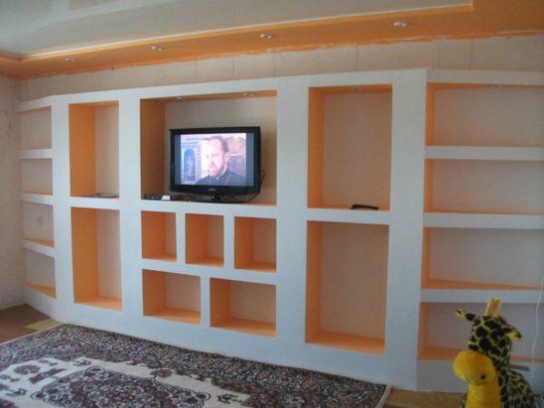 Такие полки из гипсокартона под телевизор можно устроить в квартире, если прочность стены вызывает опасения