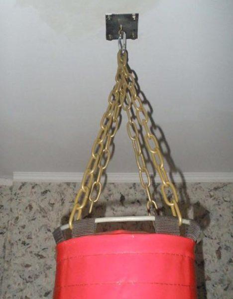 Такое крепление для груши на потолок выдерживает значительные нагрузки