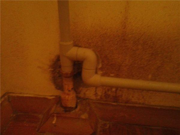 Угловые элементы позволяют отвести трубу на нужное расстояние от стены.