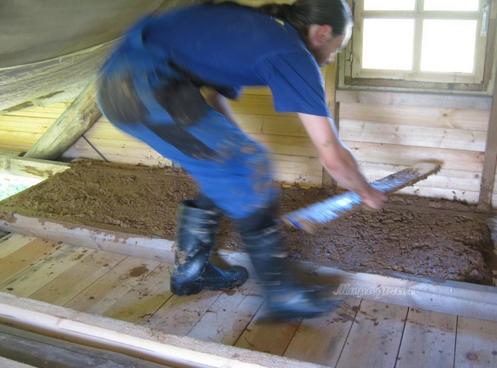 Утепление чердачного пространства можно сделать с помощью глины