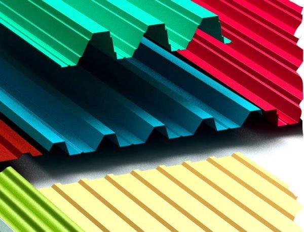 В качестве материала для отделки фронтона может использоваться профнастил.