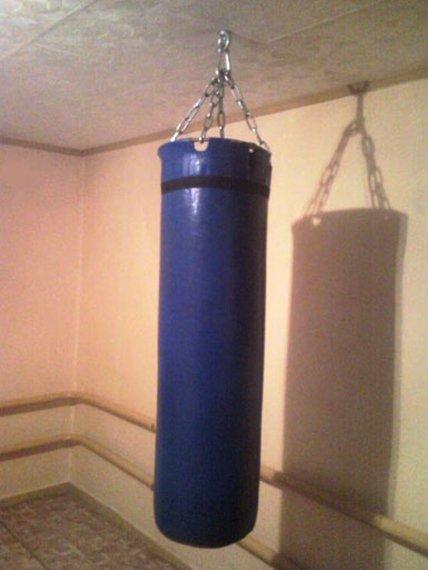 Вот так можно повесить мешок даже в старом деревянном доме
