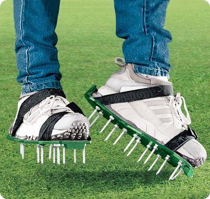 Аэратор-сандали позволяет легко обрабатывать небольшие газоны
