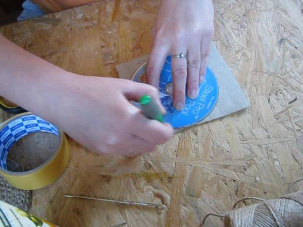 Аккуратно обрисовываем нашу форму на обратной стороне картона