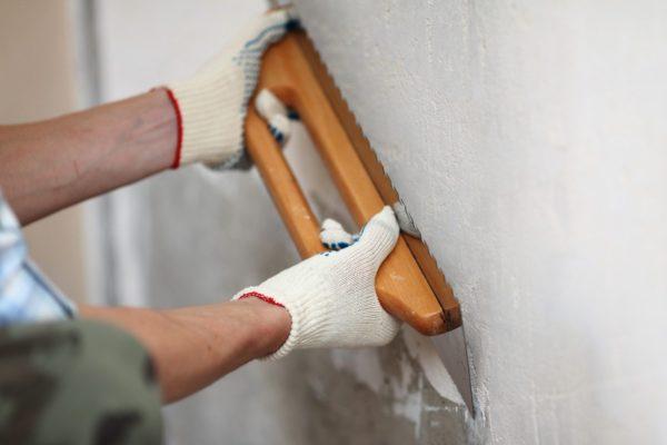 Акриловая водостойкая шпатлёвка легко наносится своими руками даже на влажные стены