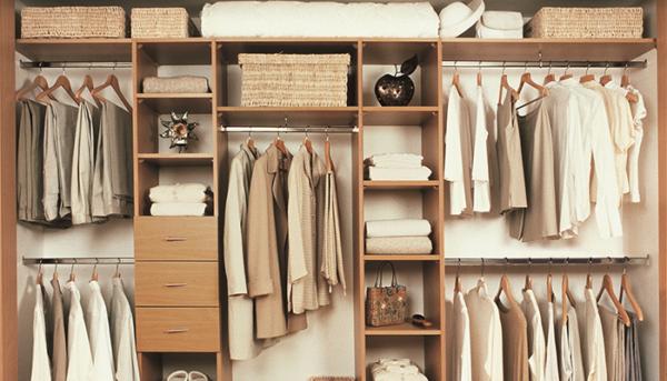 Антресоль в спальне предназначается для хранения гостевых комплектов белья, пледов, запасных подушек, одеял