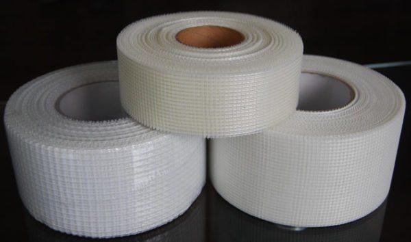 Армирующая лента позволяет исключить появления трещин на стыках и углах