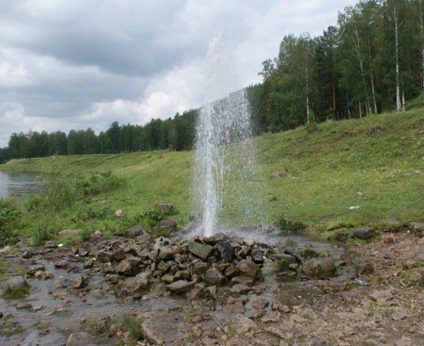 Артезианская вода может фонтанировать над поверхностью почвы