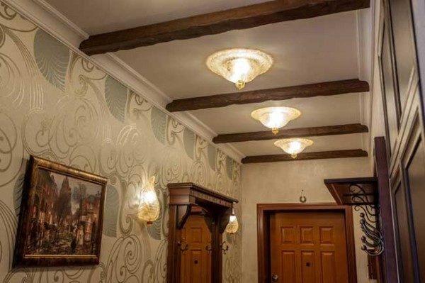 Балки на потолке в интерьере узкого коридора делают его шире