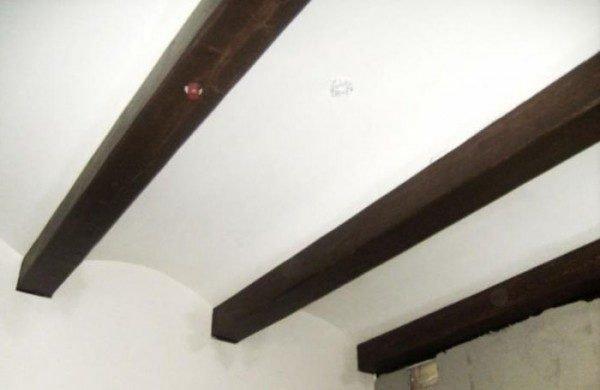 Балки закрывают стыки и подчеркивают необычную форму потолка