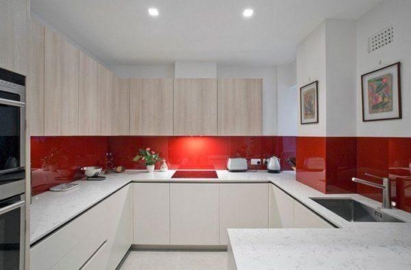 Белая кухня только выиграет от использования яркого фартука