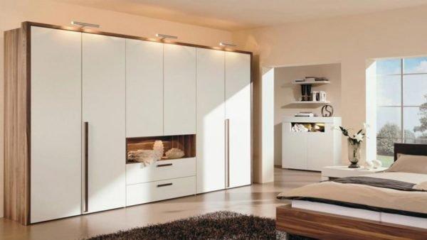 Белый гардероб с эффектными деревянными вставками