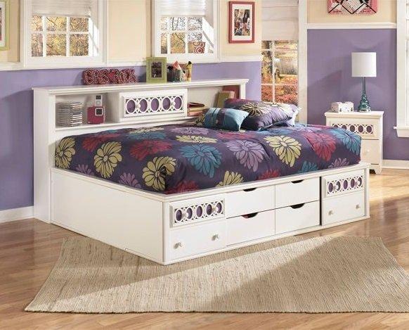 Белый цвет универсален для спальни