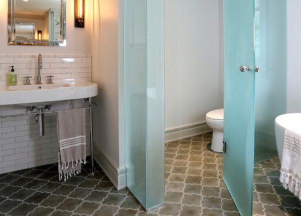Белый цвет в ванной необходимо разбавлять другими оттенками