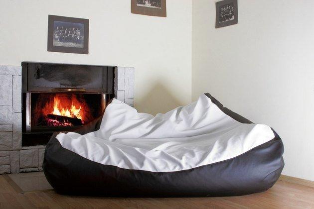 Бескаркасная постель может быть и двуспальной.