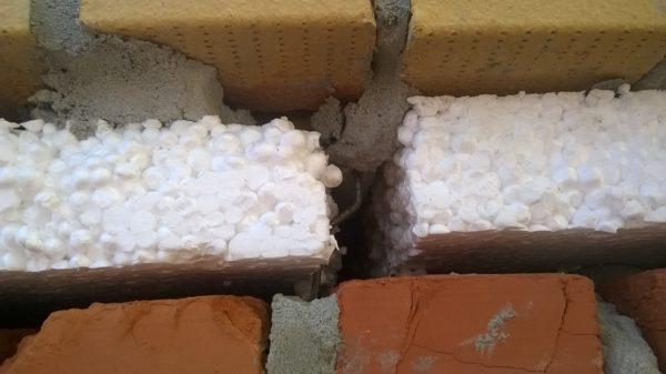 Беспрессовый пенопласт часто применяется для утепления стен зданий
