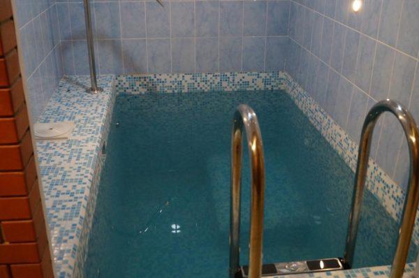 Бетонный мини-бассейн самый удобный и долговечный.