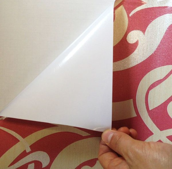Без защитного бумажного слоя самоклеющиеся обои легко прилипают тыльной стороной к любой ровной поверхности