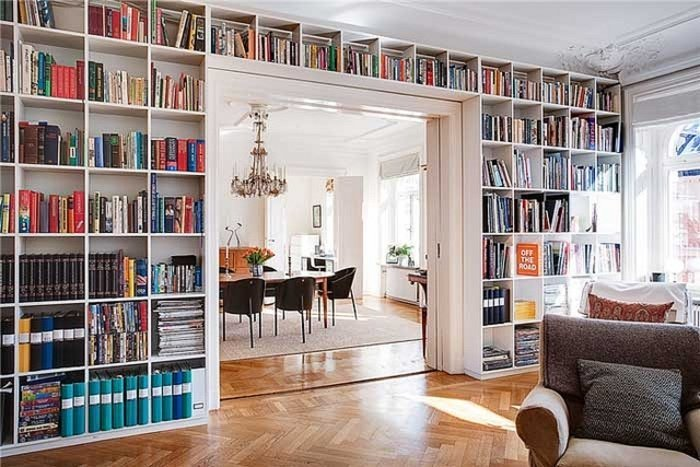 Библиотека считается единственной деталью, которая подходит абсолютно под любой интерьер.
