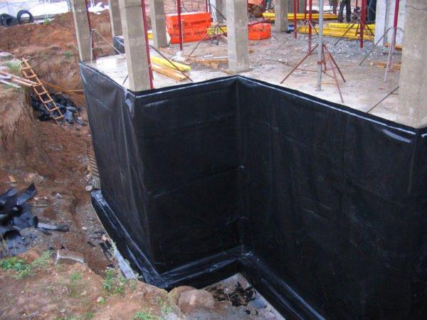 Бикрост способен эффективно защитить от влаги не только крышу, но и фундамент