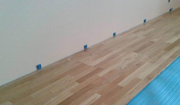 Благодаря клиньям у стены остается деформационный шов шириной около сантиметра.