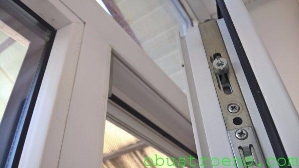 Благодаря резиновым уплотнителям закрытое пластиковое окно непроницаемо для воздуха.