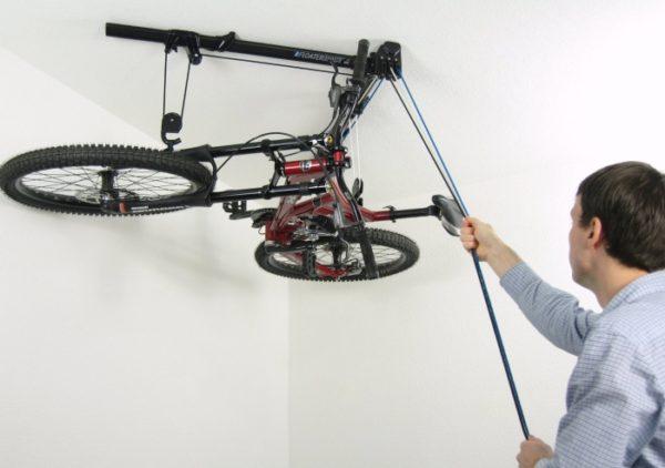 Более сложная модель блочного лифта позволяет разместить велосипед под потолком в горизонтальном положении.