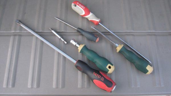 Большая отвёртка понадобится во время демонтажа старого сифона, маленькая — во время установки нового