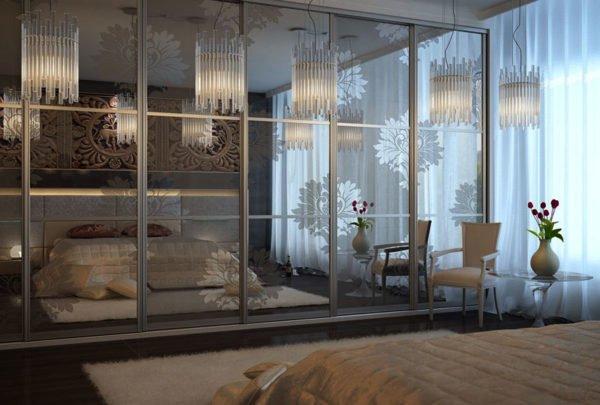 Большие зеркала зрительно увеличивают комнату в два раза