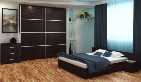 Большой встроенный шкаф-купе в интерьере просторной спальни