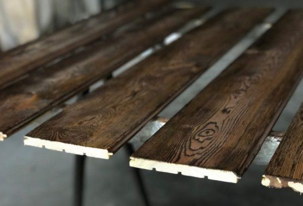 Браширование позволяет придать деревянным поверхностям налет старины и сделать их более изысканными