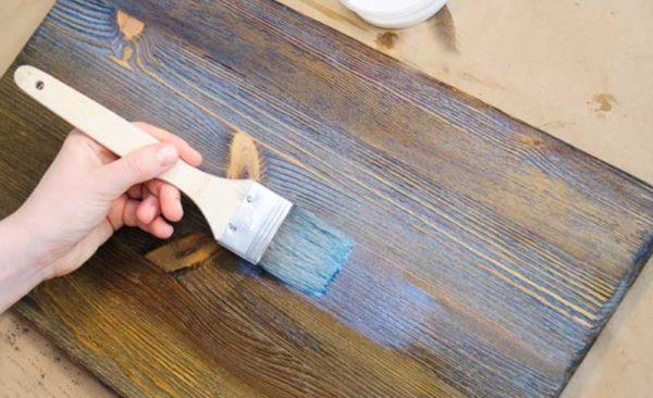 Браширование позволяет придать древесине более антикварный вид