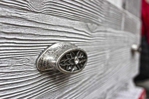 Брашированием можно украсить практически любую деревянную мебель