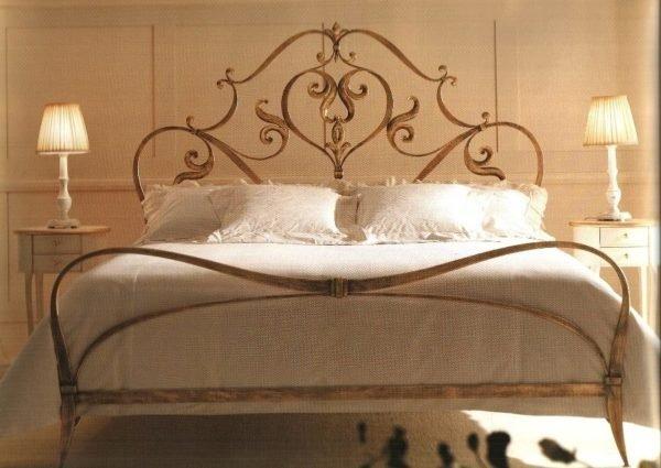 Бронзовая кровать с кованым декором.