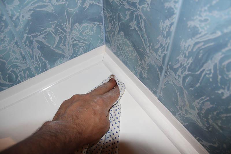 Как сделать плинтус ванной