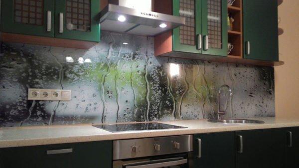 Чаще всего стеклянную обработку можно встретить на кухне – ею облицовывают фартук. Выглядит это, смею сказать, очень эффектно.
