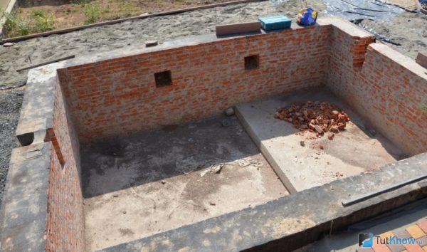 Чаша бассейна с боковыми стенками из кирпича.