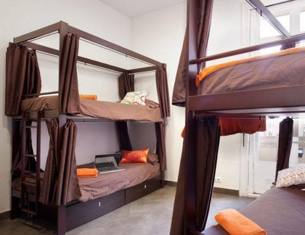 Часто на конструкции ставятся шторки, которые закрываются при необходимости и отделяют пространство кровати от комнаты