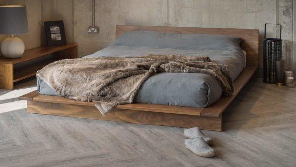 Часто спальное место обустраивается на складском поддоне.