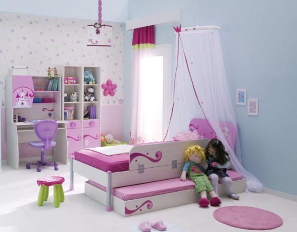 Часто в интерьере комнат для девочек используется балдахин. Он защищает не только от света и комаров, но и делает кроватку стильной, уютной и психологически защищенной