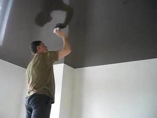 Чем темнее потолок, тем лучше видны на нем разводы, и тем тщательнее нужно протирать их