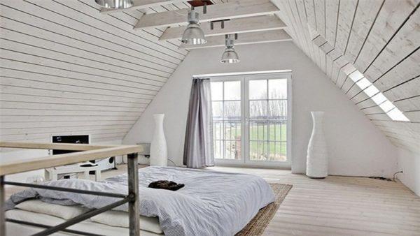 Чердак в частном доме можно превратить в уютное жилое пространство