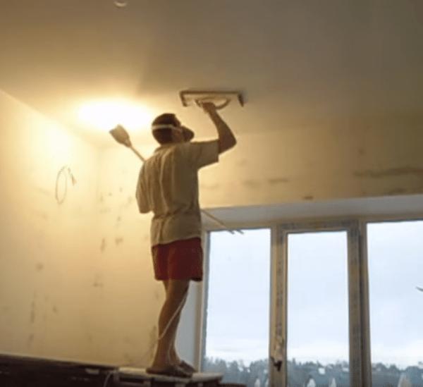 Чистовая шлифовка потолка под боковым освещением.