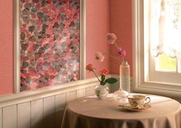 Чтобы декор красиво и гармонично смотрелся, необходимо правильно подобрать обои
