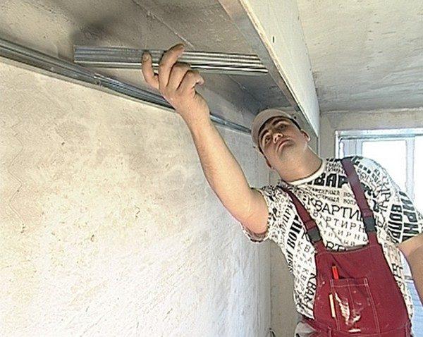 Чтобы добраться до потолка, понадобится стремянка