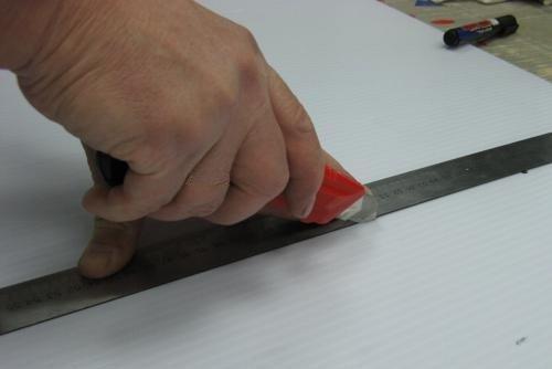 Чтобы линия резки была ровной, используйте металлическую линейку