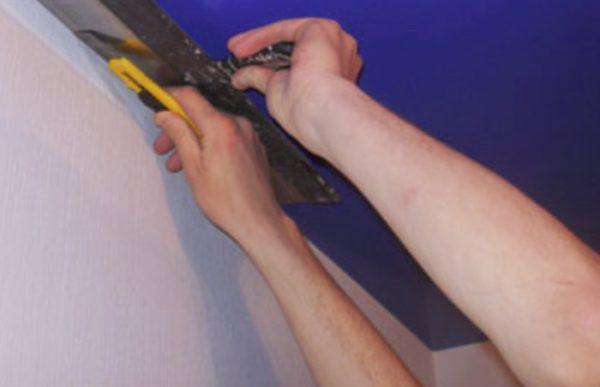 Чтобы обрезать старое покрытие подставьте шпатель