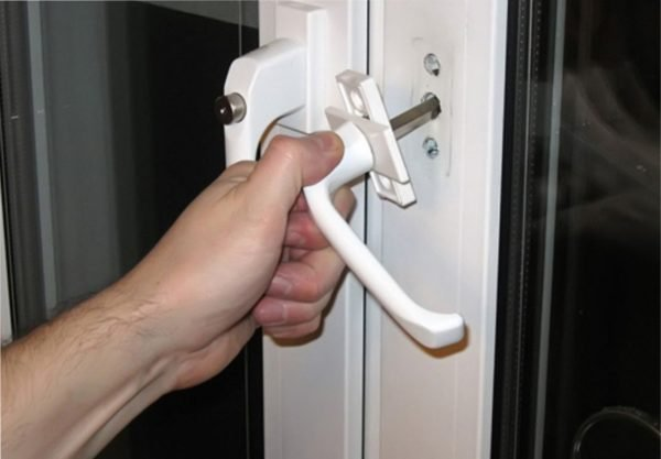 Чтобы снять рукоятку, достаточно с небольшим усилием потянуть ее на себя.