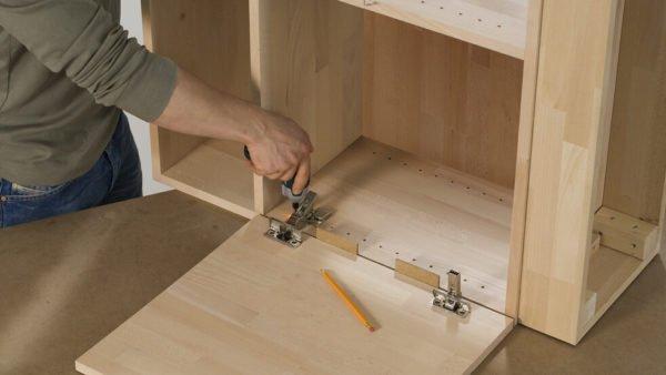 Чтобы впоследствии проводить меньше времени за настройкой фурнитуры, сборка мебели изначально должна быть максимально качественной