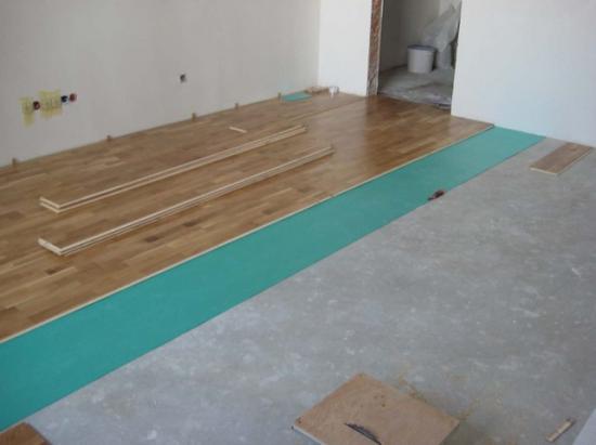 Чтобы впоследствии с бетона не поднималась пыль, его нужно обязательно обрабатывать
